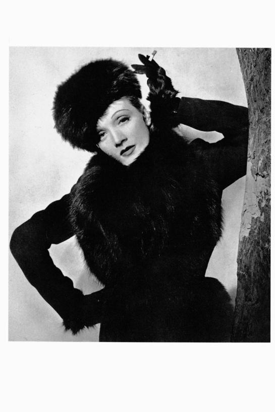 Marlene Dietrich, 1936 par Beaton http://www.vogue.fr/photo/les-photographes-de-vogue/diaporama/beaton-l-oeil-de-vogue/7039#!marlene-dietrich-1936