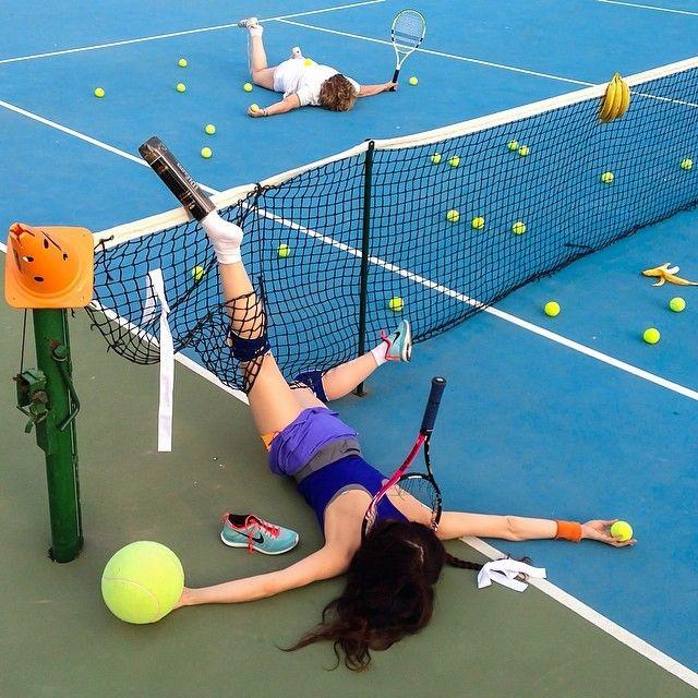 """El fotógrafo Sandro Giordoan ha creado una serie de fotos muy graciosas de gente que acaba de sufrir vergonzosas caídas, derramando a su alrededor todas sus pertenencias en una especie de """"venta de garaje""""."""