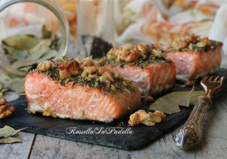 Salmone al forno alle erbe e noci. Un piatto facile e velo da preparare. Il pasto ideale per tutta la famiglia. Buono e ricco di proprietà.