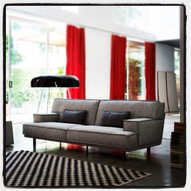 Bridge #sofa è un #divano componibile sollevato da terra e dal #design ricercato. I braccioli arretrati evidenziano la forma a martello dei cuscini di seduta e schienale. Le cuciture a #taglio #vivo conferiscono #carattere al divano insieme alla #forma a scaletta del fianco del bracciolo che da a chi si siede una bella apertura verso l'esterno. #comfort #decor #home #house #fabric #leather #homedecor #like