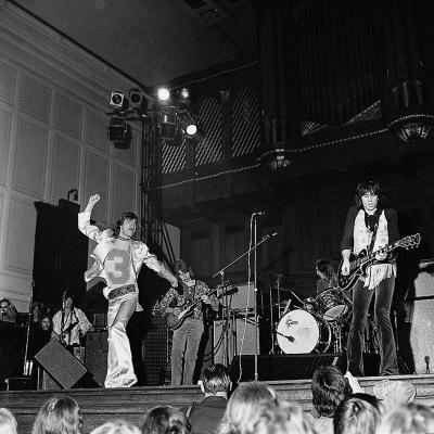 """All across the land every rockin' band / Was blowin' up a storm / """"Y lo largo de todo el país cada banda rockera / iniciaba una tormenta"""""""