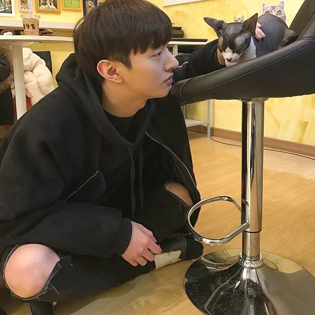 he is so cute with pet #yoonjisung #윤지성 #jisung #지성 #yoonjiseong…""