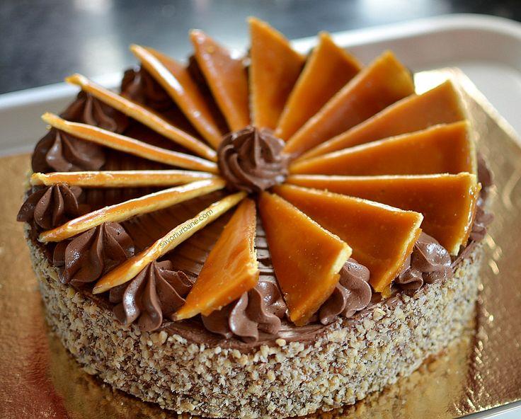 Tort trio de ciocolata reteta autentica pas cu pas. Tortul Trois Chocolats este de fapt o bavareza (bavarois) in 3 straturi: ciocolata amaruie, cu lapte si