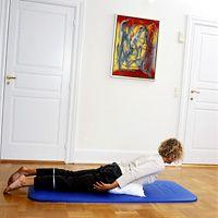 Lig på maven med en pude under maven. Løft hoved og skuldre op mod loftet, hold stillingen ca. 5 sek. og sænk langsomt. Du kan gøre øvelsen sværere ved at folde hænderne under panden eller bag nakken, mens du løfter overkroppen.