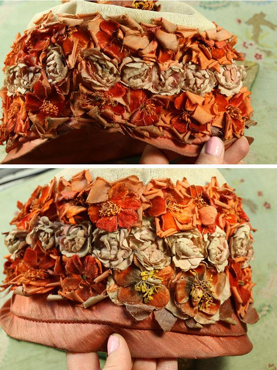 Cappello cloche incantevole antica anni 1920. Splendidi fiori, oggetti dantiquariato originali. Questo è in forma solida. È un pezzo incompiuto, cucito con tre righe di splendidi fiori antichi e poi un cerchietto in cima. Si può vedere il bugrane crema base. Si adatta e testa di adulto. Ottimo per ri-utilizzare il favoloso difficile trovare fiori, o per un restauro. Ha età usura e colorazione come mostrato.