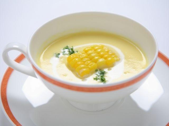 コーンポタージュ - 工藤 敏之シェフのレシピ。(下準備)とうもろこしが用意できないときは、ホールコーンでも代用は可能。ミキサーにかける際は、水の代わりに缶に入っている煮汁を使用すると一層、美味しくなります。(分量150cc) (仕上げ)冷たいコーンスープにする場合は、クリームを多めにするのがおすすめ。