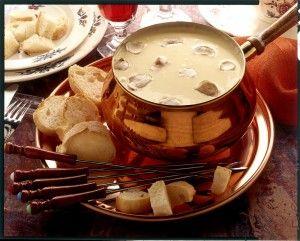 Valle d'Aosta - Fonduta alla Valdostana  ogni commensale ha a disposizione una forchetta allungata con cui s'infilza un pezzo di pane che va immerso nel formaggio fuso all'interno della casseruola. Una s'imprime alla forchetta un movimento rotatorio; quando si ritiene che il pane abbia raggiunto una temperatura ideale, si può estrarre dal formaggio fuso e gustarlo. http://robertomennella.altervista.org/blog/fonduta-alla-valdostana-2/