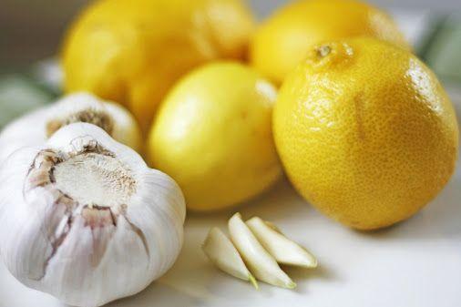 Eine Zitronen-Knoblauch-Kur kann bei unreiner Haut und Pickel helfen.
