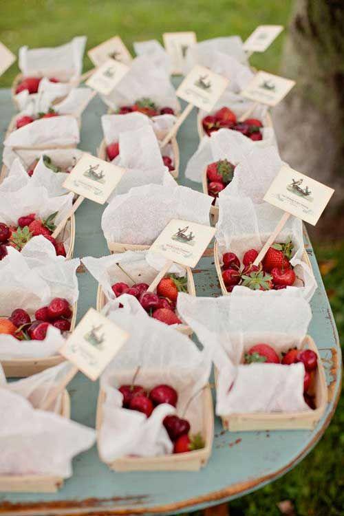 cestini di frutta di stagione per tableau de mariage rosso, fragola, ciliegia