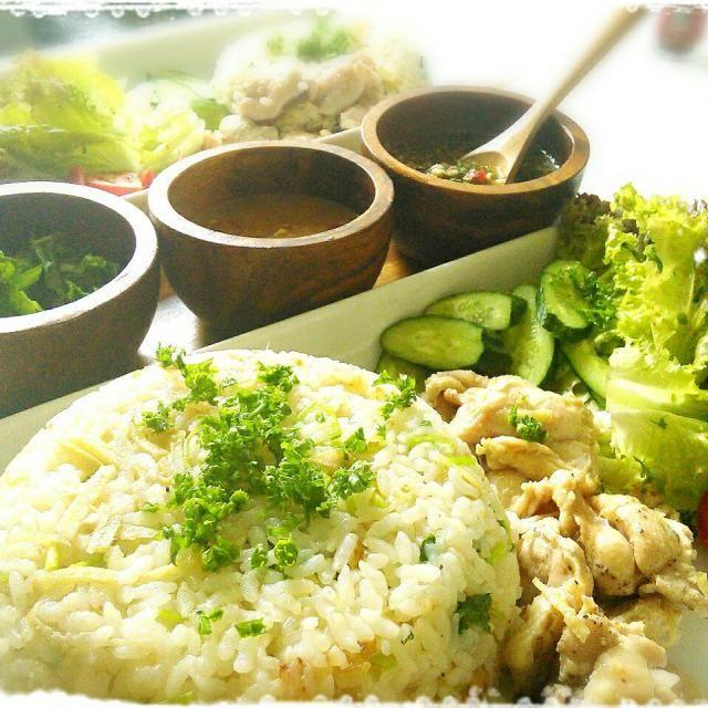 BBQの残りの鶏肉を炊飯器で米と鶏ガラスープ,ナンプラー、ネギ、生姜で炊き込みカオマンガイの出来上がり♪ 味噌ベースのタレと香味野菜のナンプラーベースのタレと2種類作ったので飽きずに完食出来ました(*/∀\*) 香味野菜が夏にピッタリで食べ過ぎてしまいました...(´д`   ) - 35件のもぐもぐ - 炊飯器deカオマンガイ♪ by nontanmam