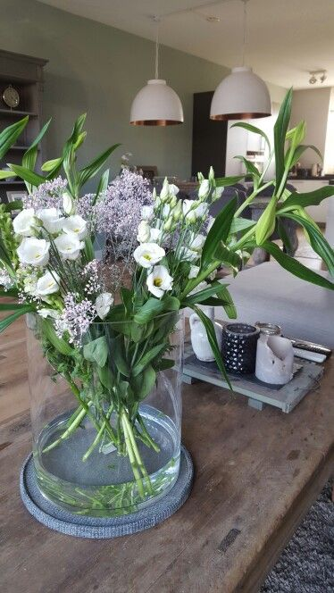 Bloemen in een super grote vaas. #lente #woonkamer #bloemen #landelijk