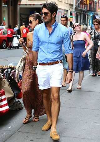 ブルーシャツ×白ショーツの着こなし(メンズ) | Italy Web