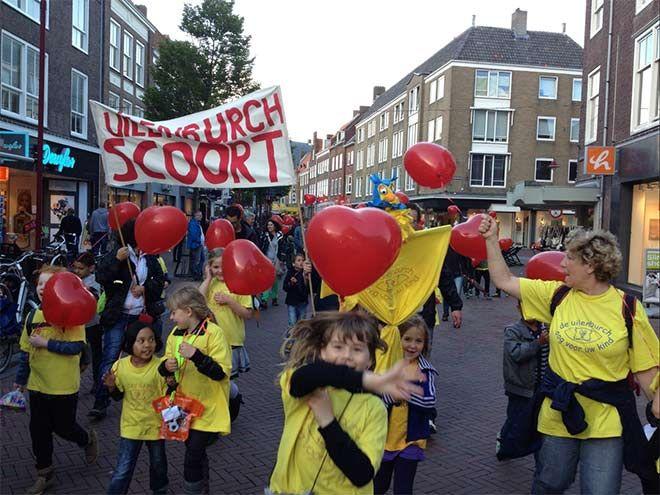 Heliumballonnen. Iedere wandelaar een heliumballon bedrukt met de naam van de school of sponsor er op. Je ziet ze van ver aankomen. Het valt op en wie wil er nu geen ballon? Wij bezorgen heliumballonnen kant en klaar, voorzien van een lintje bij u thuis of op locatie. http://www.ballonboog.nl/heliumballonnen