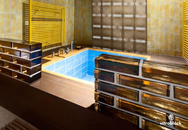Aplicación de ladrillo de vidrio Vetropieno Bronce como división en toilette. . . #Vitroblock #LadrilloDeVidrio #Toilette #Baño #CasaIdeas #Arquitectura