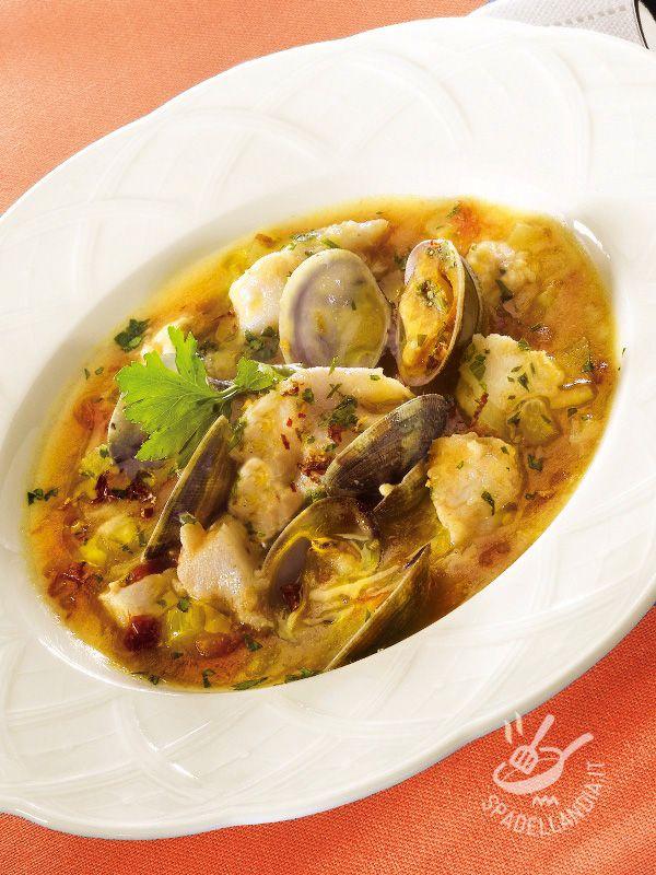 Ecco un primo non solo gustosissimo ma anche salutare perché porta in tavola tutte le proprietà del pesce: Zuppa di pesce spada e vongole veraci.