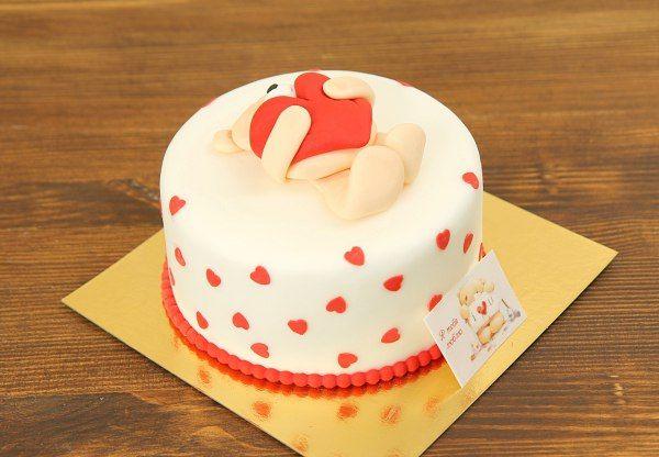"""Торт """"Я тебя люблю""""  Хотите оригинально признаться в любви? Наш необычный торт поможет вам справиться с этой нелёгкой задачей. Он представляет собой нежную композицию со всеми любимым мишкой #Тедди, который держит в лапах алое сердце, символизирующее #любовь!  С радостью изготовим, а если вы пожелаете то и доставим, #тортЯТебяЛюблю весом от 2-х кг стоимостью 1950 ₽/кг.  Изготовление #ФигуркиИзМастики мишки входит в стоимость торта. Любая #ФигуркаНаТорт уникальна!  Свяжитесь с нашими…"""
