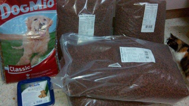 VILLA FELIS - 28-12-2015 1 zak á 12 kg honden voer 1 kg hondenkoekjes 4 zakken á 20 kg, totaal 80 kg katten voer Totaal bedrag € 108,94