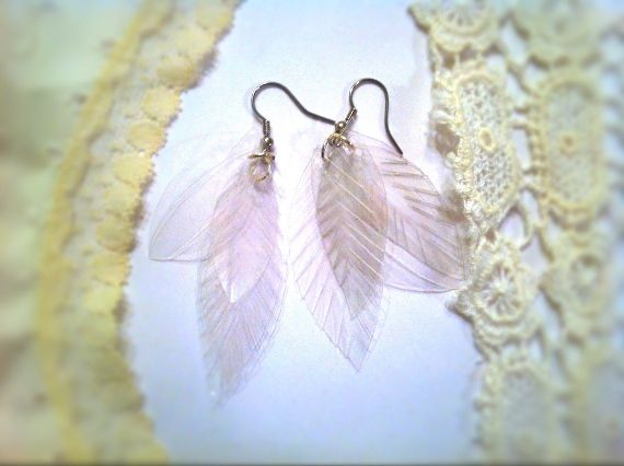 DIY tutorial feather earrings made from soda bottle. could stain the plastic for color instead of clear...
