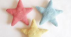 Aquí te traigo el patrón de estas pequeñas estrellitas, fantásticas para colgarlas y decorar cualquier rincón o para utilizarlas d...