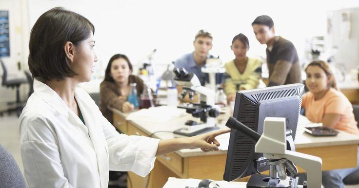 Las ventajas de ser un profesor de química. Los profesores de química instruyen a los estudiantes sobre temas relacionados con el campo de la química, un campo científico que implica el estudio de cómo las cosas están hechas y cómo cambian con el tiempo, de acuerdo con University College Cork, Ireland's School of Chemistry. Al igual que otros tipos de profesores de ciencias, los profesores ...