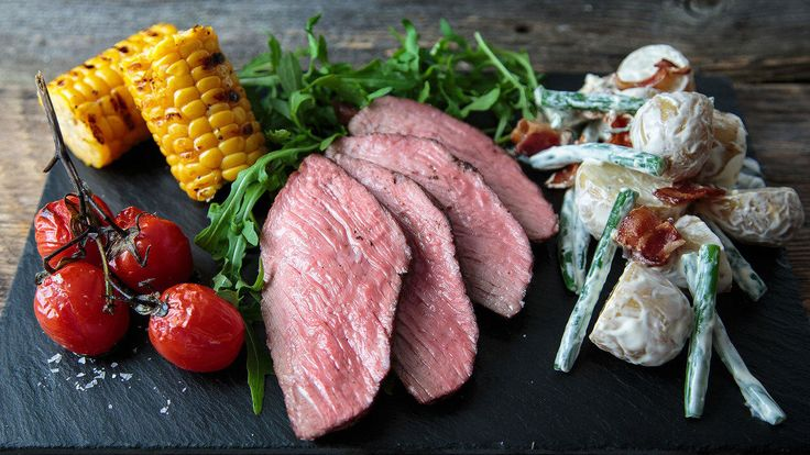 En saftig og mør ytrefilet fortjener ekstra godt tilbehør. Vi har servert helstekt ytrefilet med en deilig nypotetsalat med grønne bønner, bacon, og blåskimmelost. Til denne retten kan du bruke det meste av hel og skivet biffkjøtt; ytrefilet, mørbrad, indrefilet, flank steak eller flat Iron. En smakfull sommerrett med milde og gode smaker.
