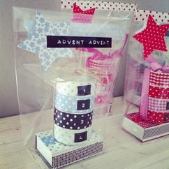 Mini-Adventskalender: 4 Teelichter und eien Streichholzschachtel