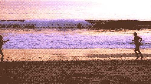 12 coisas que quem mora no litoral já ouviu  Do tipo beijar embaixo d'água, ver o pôr do sol em uma praia deserta, tirar fotos lindas, ficar abraçadinho na areia, ver o namoradão sair molhado do mar? Na real, meus relacionamentos são mais assim, oh: