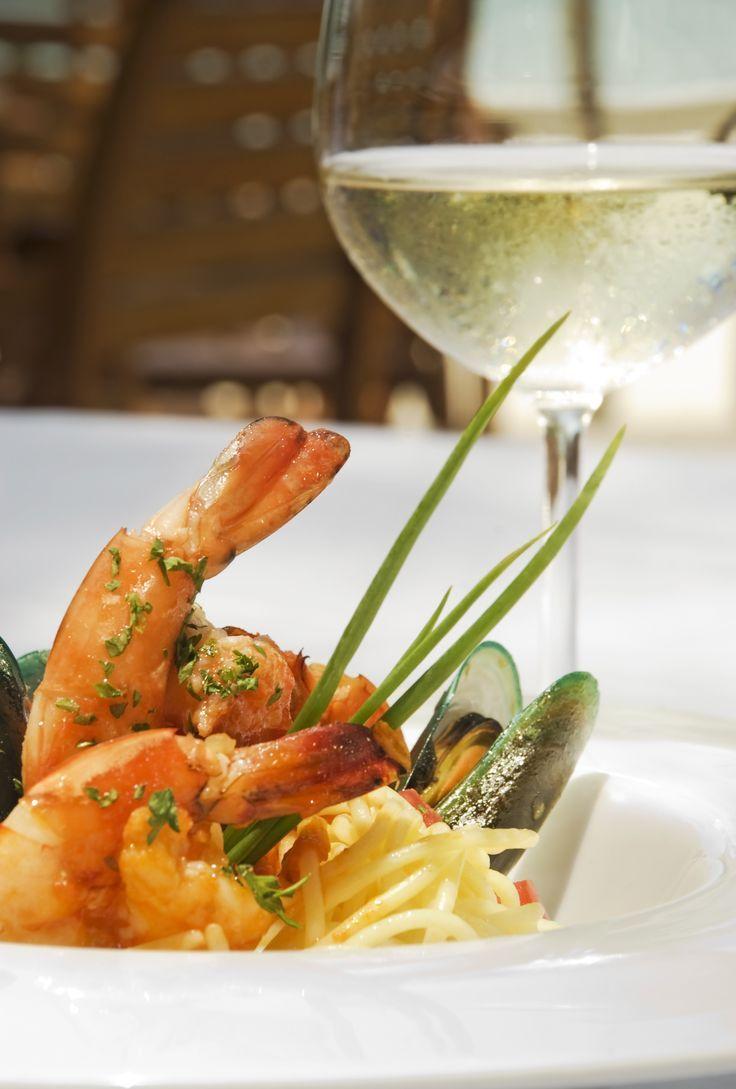 Esparguete com Camarão e Delícias do Mar - Coza as gambas em bastante água e sal e reserve a água da cozedura. Refogue a cebola e o alho no azeite e junte a polpa de tomate e o vinho.