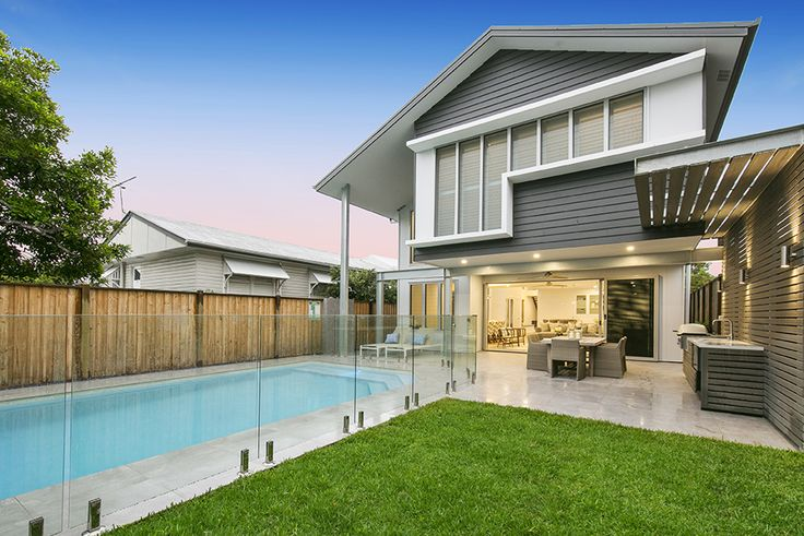 EAST BRISBANE 114 Mowbray Street... This esteemed address ensures all the city luxuries and conveniences with the ease of private, suburban living.
