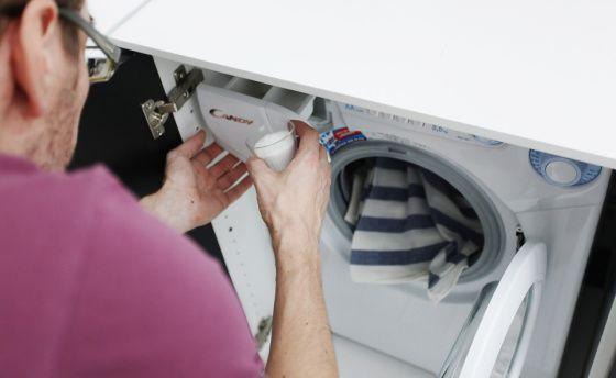 """Järjestöt varoittavat kylmäpesukoneista: """"Likaista pyykkiä ja ihoärsytystä"""" * Useat järjestöt ovat huolissaan kylmäohjelmien vaikutuksista pyykin puhtauteen, ihonärsytykseen ja pesuaineiden kemikaaleihin. Allergia- ja astmaliitto varoittaa, että allergiaoireiden riski kasvaa, jos kemikaaleja käytetään korvaamaan kuuman veden vaikutus. Iholiitto on niin ikään huolissaan pyykin puhdistumisesta. Suomalaisista joka viides kärsii jonkinasteisesta atooppisesta iho-oireesta."""