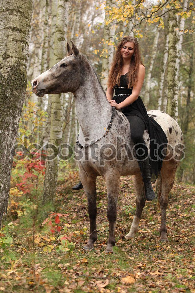 Скачать - Молодая девушка с лошадь Аппалуза осенью — стоковое изображение #59075999