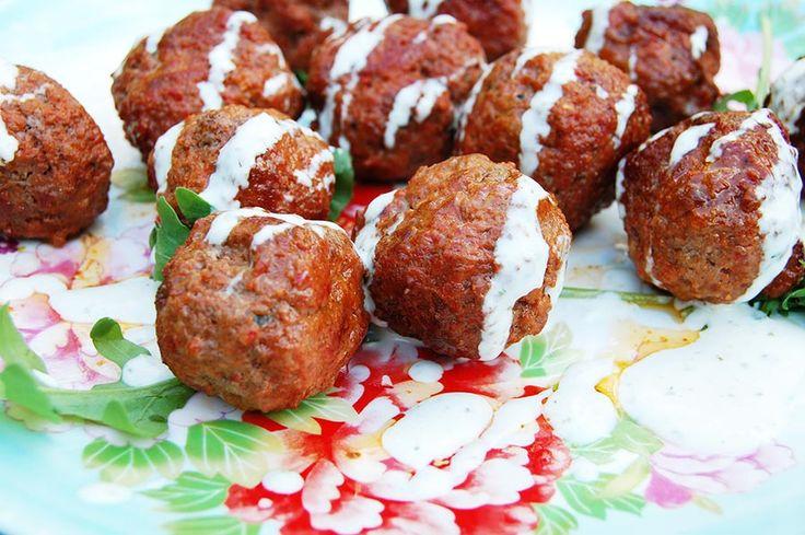Van dat lekkere pittig gekruide gehakt bij de Turkse supermarkt maak je heel snel kleine gehaktballetjes, die je serveert met een lekkere schep knoflookyoghurtsaus. Lekker!