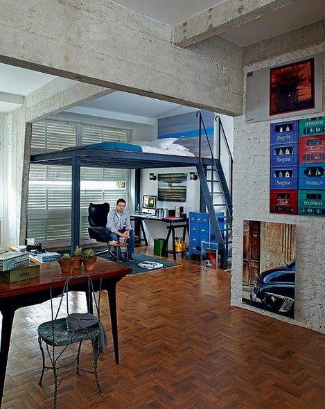 O apartamento antigo de pé-direito alto foi transformado em um loft pelo fotógrafo Lufe Gomes. Ele criou um mezanino com vigas de aço, onde fica o colchão. Na parte de baixo, fica o escritório, onde ele trabalha: