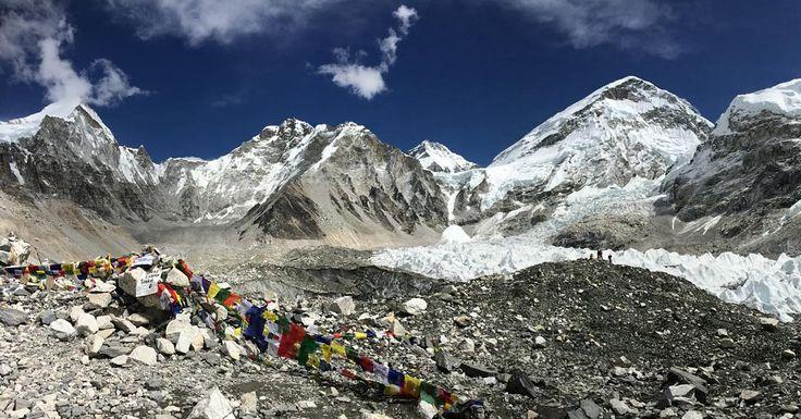 Jadi begini penampakan #EverestBaseCamp  Bongkahan salju sebelah kanan itu #khumbuicefall  Karena bukan musim ekspedisi jadi gak ada yg berkemah disitu Emang sejak gempa april lalu banyak yg mundur baik itu yg trekking maupun yg climbing. Lalu bagaimana gw pulang?  Ya jalan lagi lah hehehe Kembali digandeng juga sesekali digendong Kumar Digandeng itu bukan cuma dituntun tapi ditarik biar gw jalan lebih cepat karena cuaca berobah cepat juga dari yg begini terik jadi turun hujan salju dan…