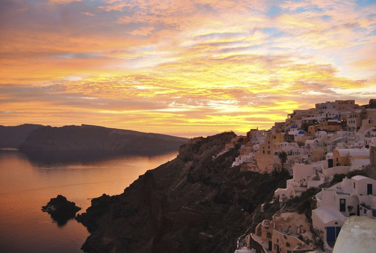 You'll get in love with with the view of the #sunset! #Oia #Santorini #ArtMaisons
