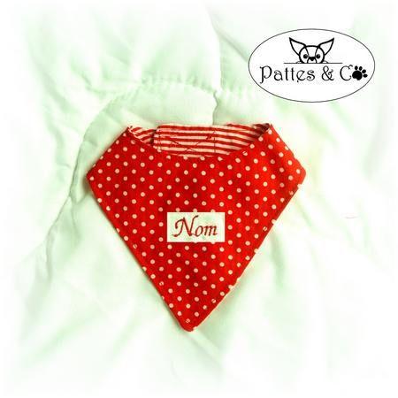 Superbe bandana pour chien et chat fait main en tissu de coton rouge à pois fermé par bandes scratch. Possibilité de personnalisation. Exclusivité Pattes & Co