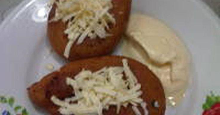 Fabulosa receta para Mandocas venezolanas. Hoy les traigo una Receta de un Pasapalo Venezolano, en especial De La Zona Occidental de Venezuela (Zulia), las Mandocas siempre se comen en la mañana o al caer la tarde y es una masa de maíz dulce Frita, viviendo en  República Dominicana hice este pasapalo a unas amigas y ellas le colocaron su propio nombre (orejitas), y quedaron muy encantada en la cual cada una de ellas se comieron 6 Mandocas (orejitas Para Ellas), y se llevaron a su casa