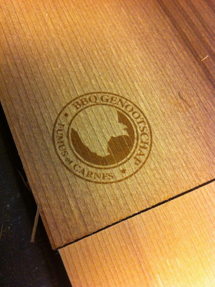Het BbqGenootschap bestelt regelmatig CedarWood BbqPlanken met hun logo. Nu formaat bbqplank 19x26, voorheen 12x26