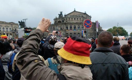 """Die Feierlichkeiten zum Jahrestag der Wiedervereinigung in Dresden sind von Pöbeleien gegen Politiker überschattet worden. Anhänger der Pegida-Bewegung beschimpften Kanzlerin Angela Merkel (CDU), Bundespräsident Joachim Gauck und andere Ehrengäste am Montag mit Rufen wie """"Merkel muss weg"""" und"""