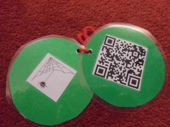 Nuhar vi börjat med årets julkalender. Barnen får vända på en bild på en julgranskula och därfinns en ledtrådsbild och en QR-kod. När de sedan skannar koden med hjälp av en app på lärplattan, kom…