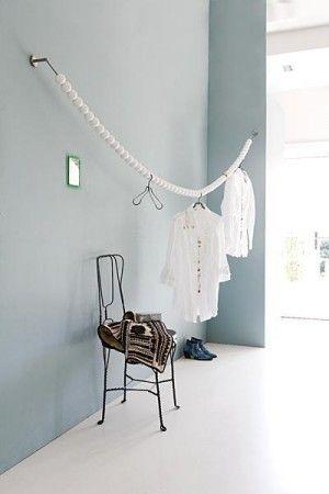 Huissierraad. In plaats van een kledingrek een mooi sierraad om kleding aan te hangen!