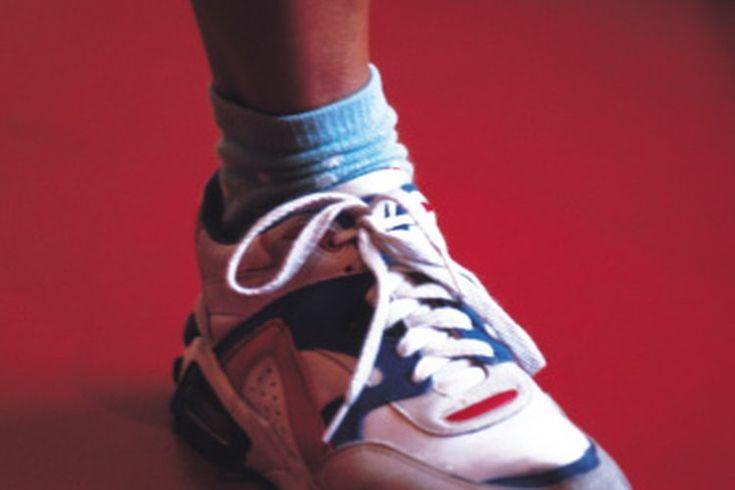 Cómo comparar el calzado de aerobics para mujeres. Al comparar los zapatos de aerobics de la mujer, asegúrate de considerar tu actividad: lo que funciona en la clase de step, puede ser malo para una clase de baile latino, y lo que es bueno para correr podría ser perjudicial para el kickboxing. El ...