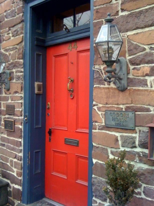 Porta vermelha deu um novo efeito à decoração