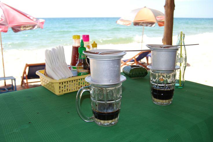 Vietnam ist der 2. größte Kaffeeproduzent weltweit. Nur Brasilien produziert mehr. 1857 wurde der Kaffeeanbau von den französischen Kolonialherren eingeführt. Der Kaffeebedarf der damaligen DDR förderte die Entwicklung des Kaffeeanbaus. Wichtigste Anbaugebiete sind Buon Ma Thuot und Da Lat. Folgende Sorten wachsen in Vietnam: Arabica- und 95 % Robustabohnen, ebenso …