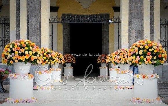 Colonne traboccanti di fiori dai mille colori accompagnano la sposa all'ingresso della chiesa