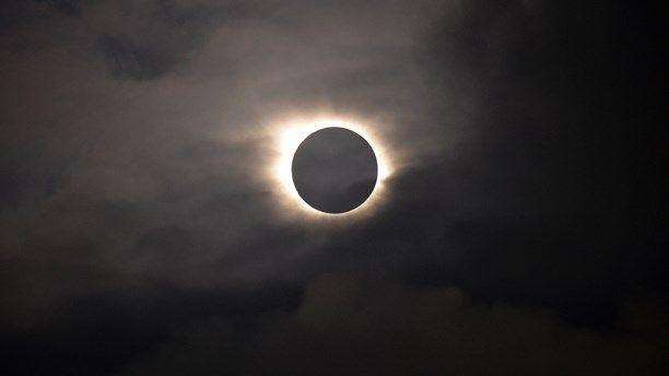 På Färöarna kunde man på fredagen uppleva en total solförmörkelse. Foto Eric Adams/AP Photo/TT