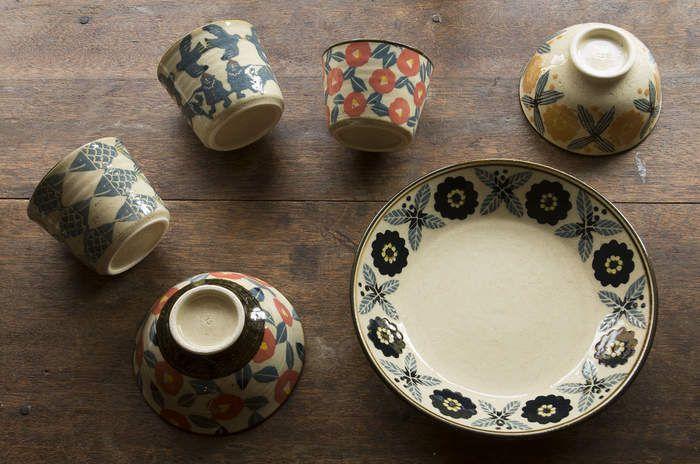 お花や動物などのかわいらしい連続紋様がとっても魅力的。陶器作家 諏佐知子さんの素敵な作品たちをご紹介します。