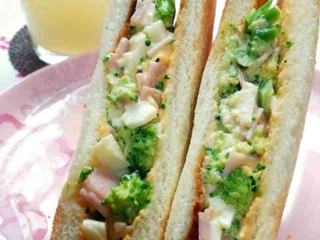 ブロッコリーとハム卵のサンドイッチの画像
