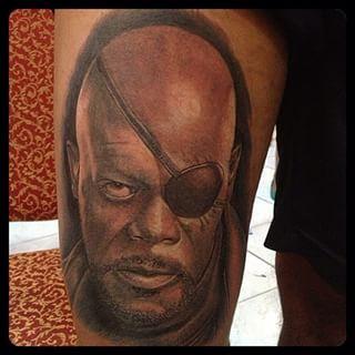 Este retrato do Samuel L. Jackson como Nick Fury. | 31 tatuagens da Marvel que vão fazer você querer virar um super-herói