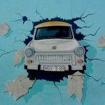 Van de Berlijnse Muur, het symbool van de Koude Oorlog bij uitstek, staan her en der nog stukken overeind. Het langste nog in tact-zijnde stuk Berlijnse Muur is de East Side Gallery en bevindt zich tussen Ostbahnhof en de Oberbaumbrücke, parallel aan de Spree. Dit stuk muur is één van de meest bekende overblijfselen van de DDR en komt dan ook terug in één van de beste films over de DDR: Goodbye Lenin. Over de gehele lengte van 1,3 kilometer zijn graffiti kunstwerken aangebracht, hiermee is…